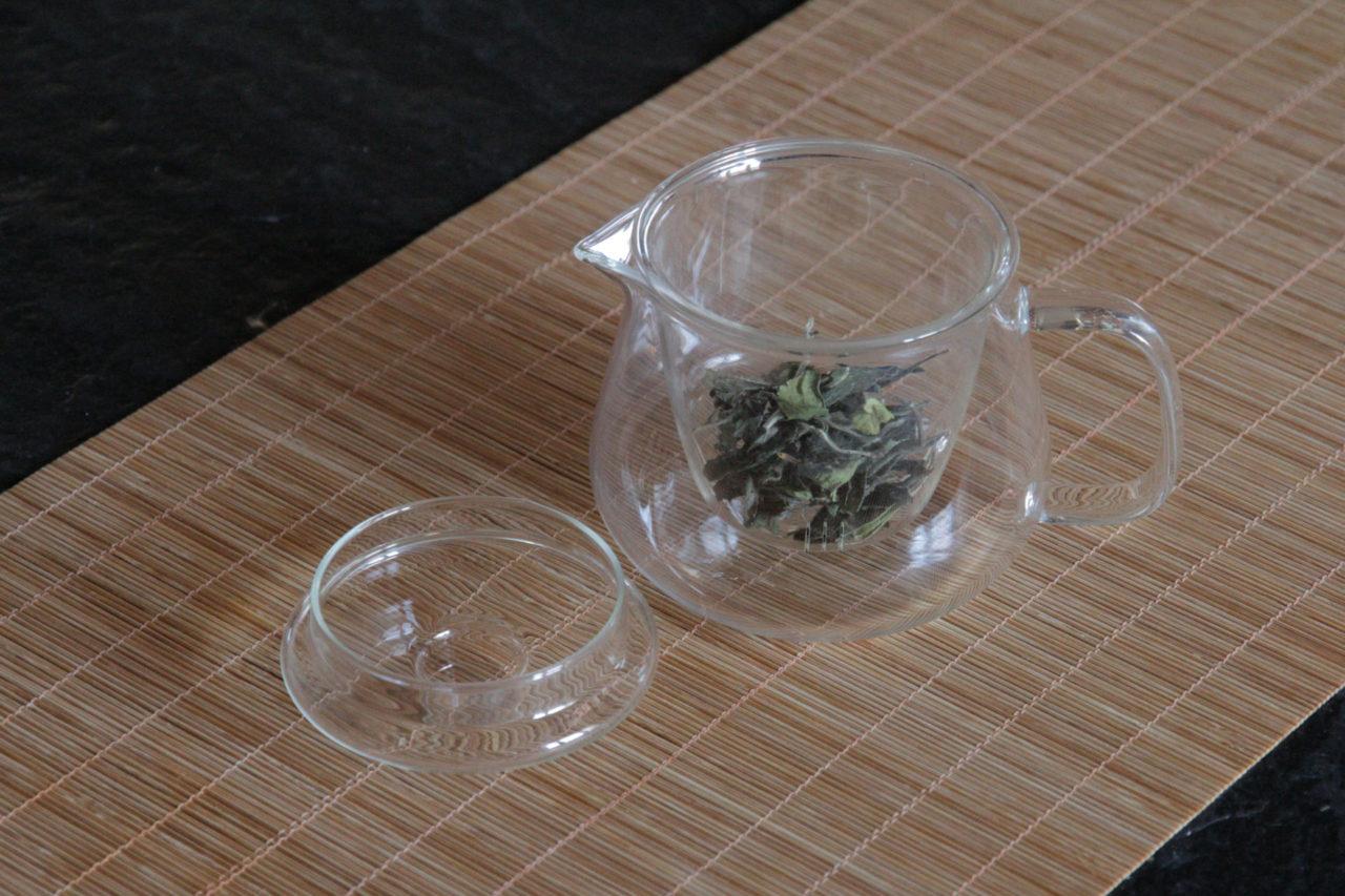 kleine glasteekanne mit sieb für chinesischen tee
