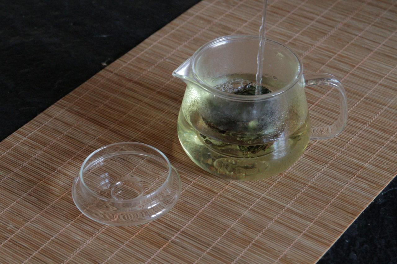 moderne zubereitung chinesischer tee in kanne glas mit filter