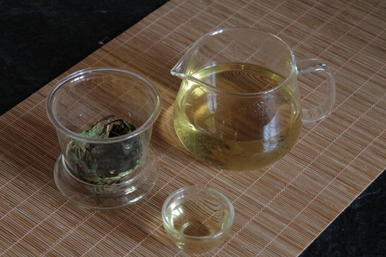 deckel als halterung für sieb, glaskanne für chinesischen tee