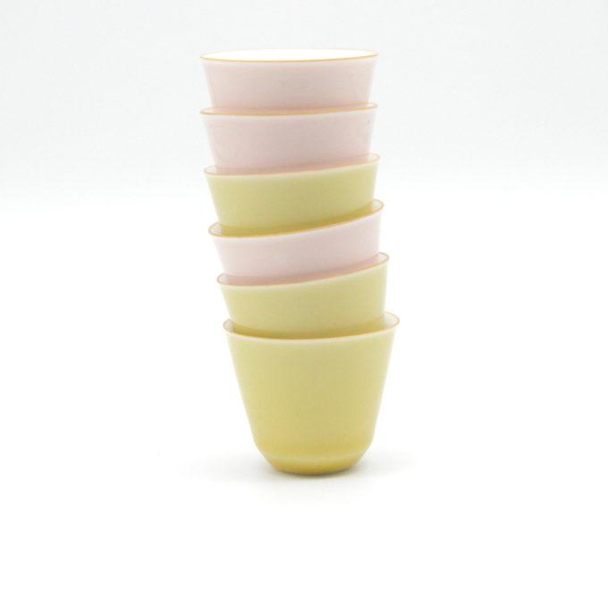 tassen gestapelt in rosa und hellgelb