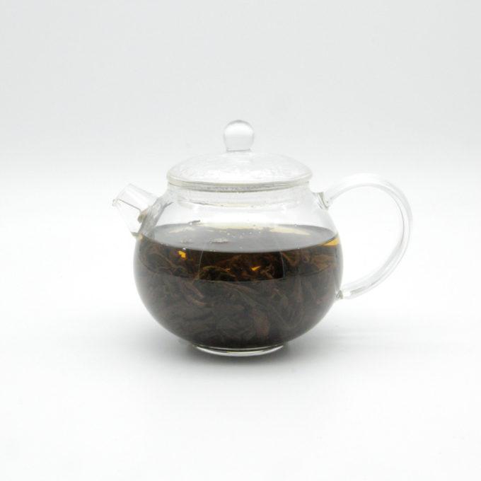 kleine teekanne aus glas mit chinesischem oolong tee